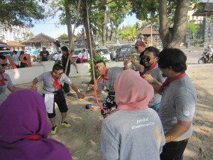 sapura kencana, sapura, kencana, bali, beach, bali beach, beach team building, team building, teamwork, fun games, games, hula hoop transfer game