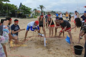 hotelbeds, photo, beach, team, team building, fun, games, fun games, ice breaking, tanjung benoa, sakala, toxic waste, photo, group photo, games