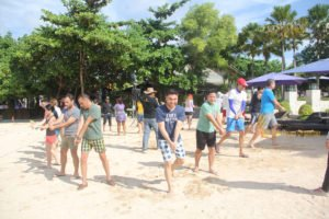 hotelbeds, photo, beach, team, team building, fun, games, fun games, ice breaking, samurai imagination, photo, group, tanjung benoa, sakala